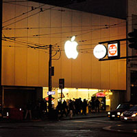 Apple Store queueing & the Story of Dee